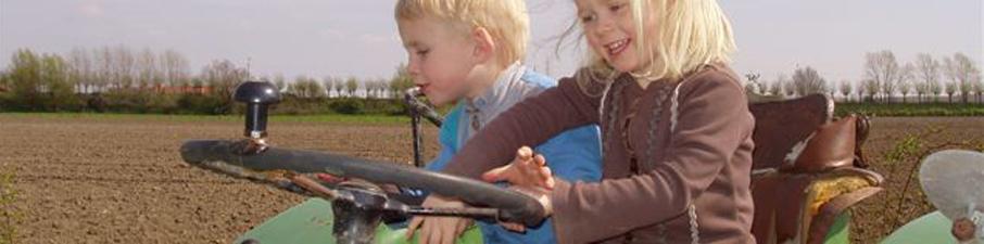 david-en-ode-op-oude-tractor